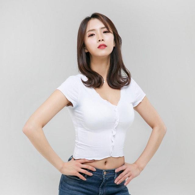 """Thử bikini nhưng bị tuột dây quai trên sóng, mẫu Hàn Quốc hút lượt tương tác """"vỡ bờ đê"""" - hình ảnh 1"""