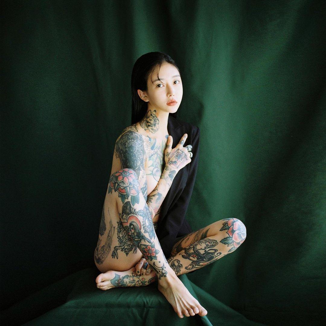 Bà mẹ trẻ xinh đẹp có hình hổ lớn trên ngực mê mặc đồ nữ tính khoe cơ thể xăm trổ - hình ảnh 4