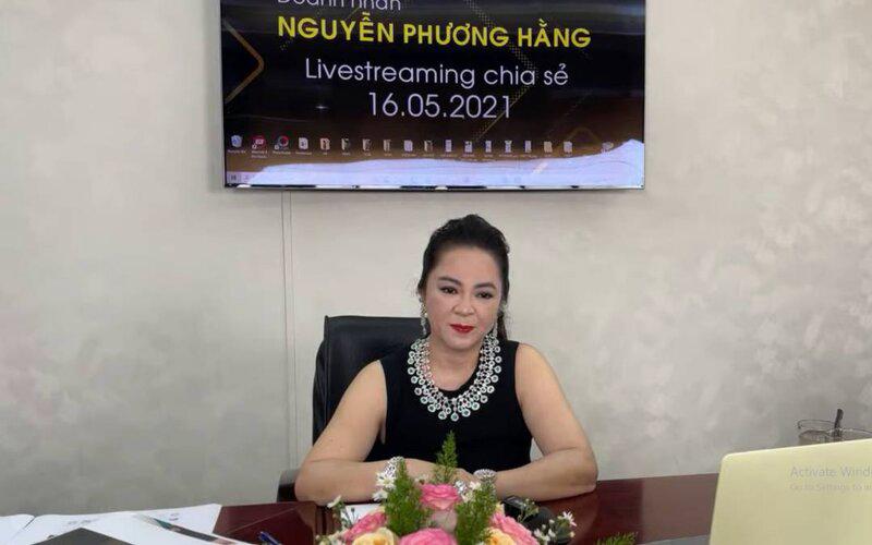 Bà Phương Hằng đeo dây chuyền kim cương 90 tỷ, diện váy xẻ sâu hút mắt - hình ảnh 4