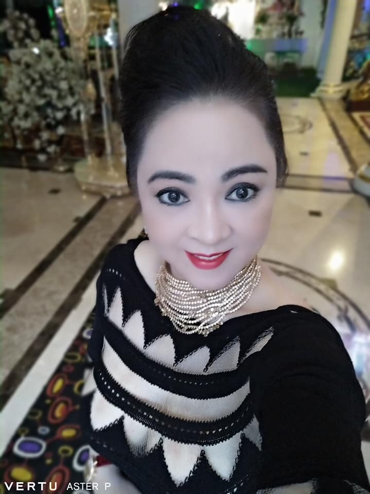 Bà Phương Hằng đeo dây chuyền kim cương 90 tỷ, diện váy xẻ sâu hút mắt - hình ảnh 3