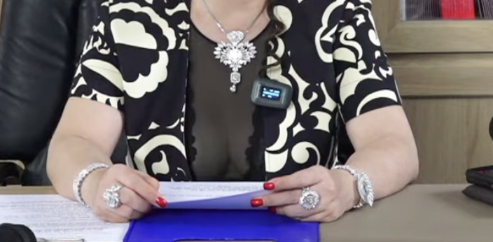 Bà Phương Hằng đeo dây chuyền kim cương 90 tỷ, diện váy xẻ sâu hút mắt - hình ảnh 6