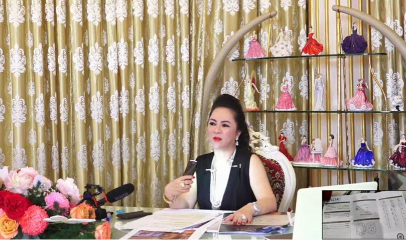 Bà Phương Hằng đeo dây chuyền kim cương 90 tỷ, diện váy xẻ sâu hút mắt - hình ảnh 2