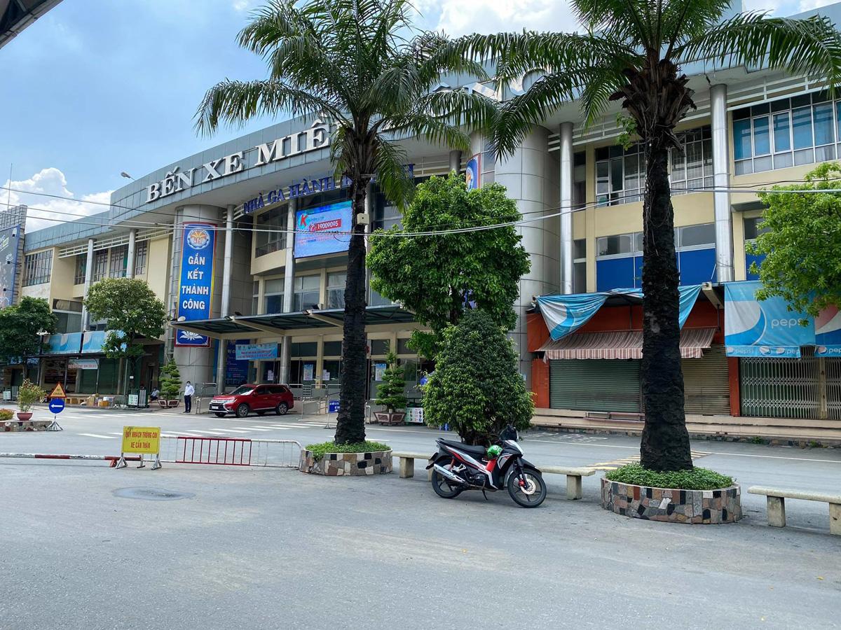 """Bến xe nhộn nhịp nhất Sài Gòn vắng khách """"chưa từng thấy"""" trong những ngày giãn cách xã hội - hình ảnh 1"""