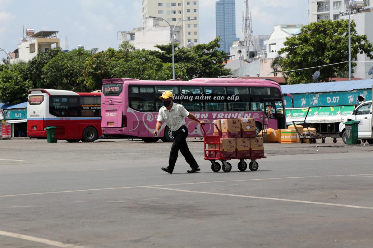 """Bến xe nhộn nhịp nhất Sài Gòn vắng khách """"chưa từng thấy"""" trong những ngày giãn cách xã hội - hình ảnh 2"""