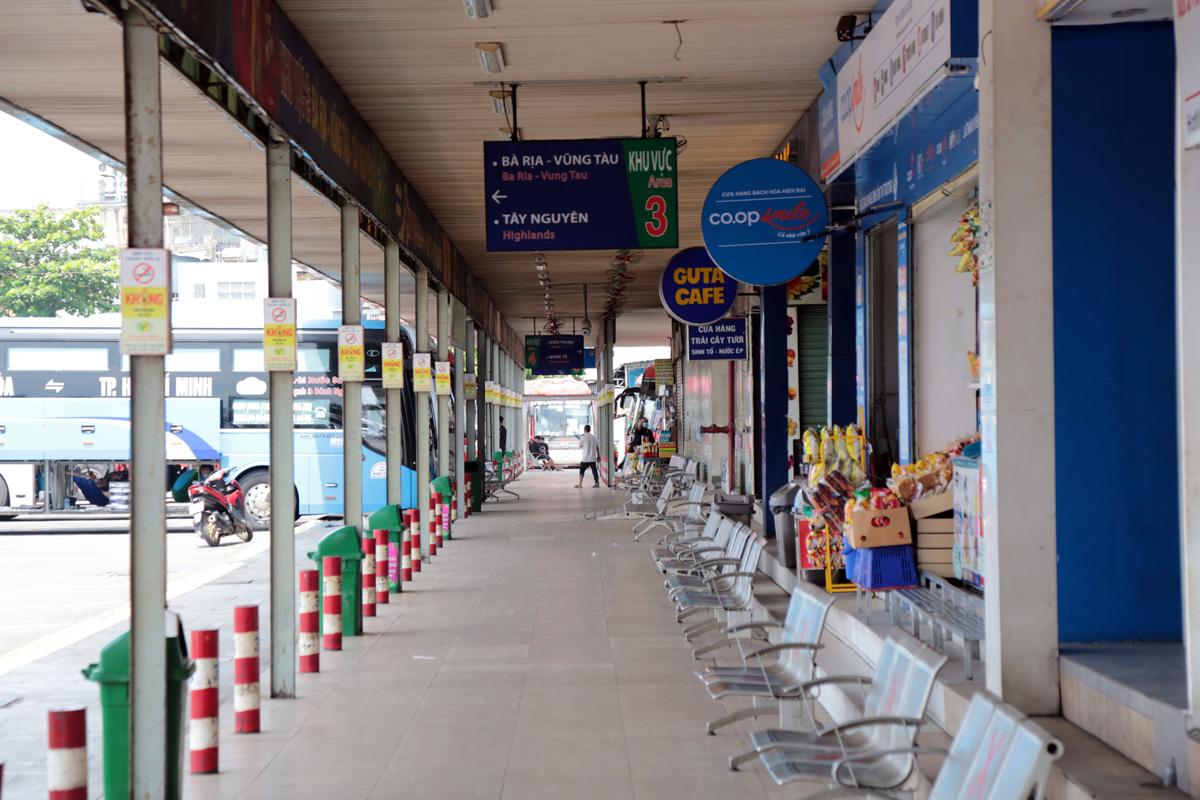"""Bến xe nhộn nhịp nhất Sài Gòn vắng khách """"chưa từng thấy"""" trong những ngày giãn cách xã hội - hình ảnh 3"""