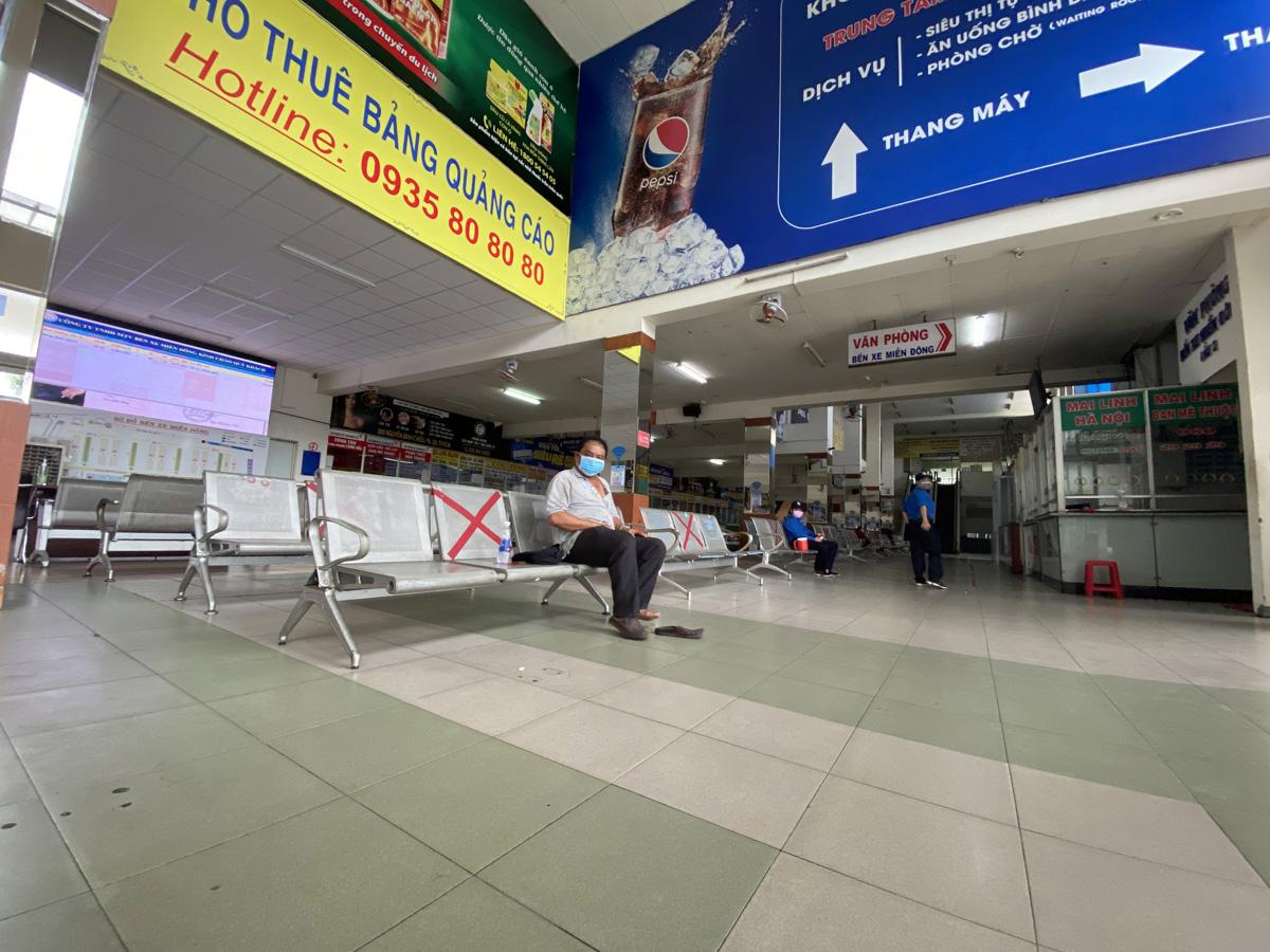 """Bến xe nhộn nhịp nhất Sài Gòn vắng khách """"chưa từng thấy"""" trong những ngày giãn cách xã hội - hình ảnh 7"""