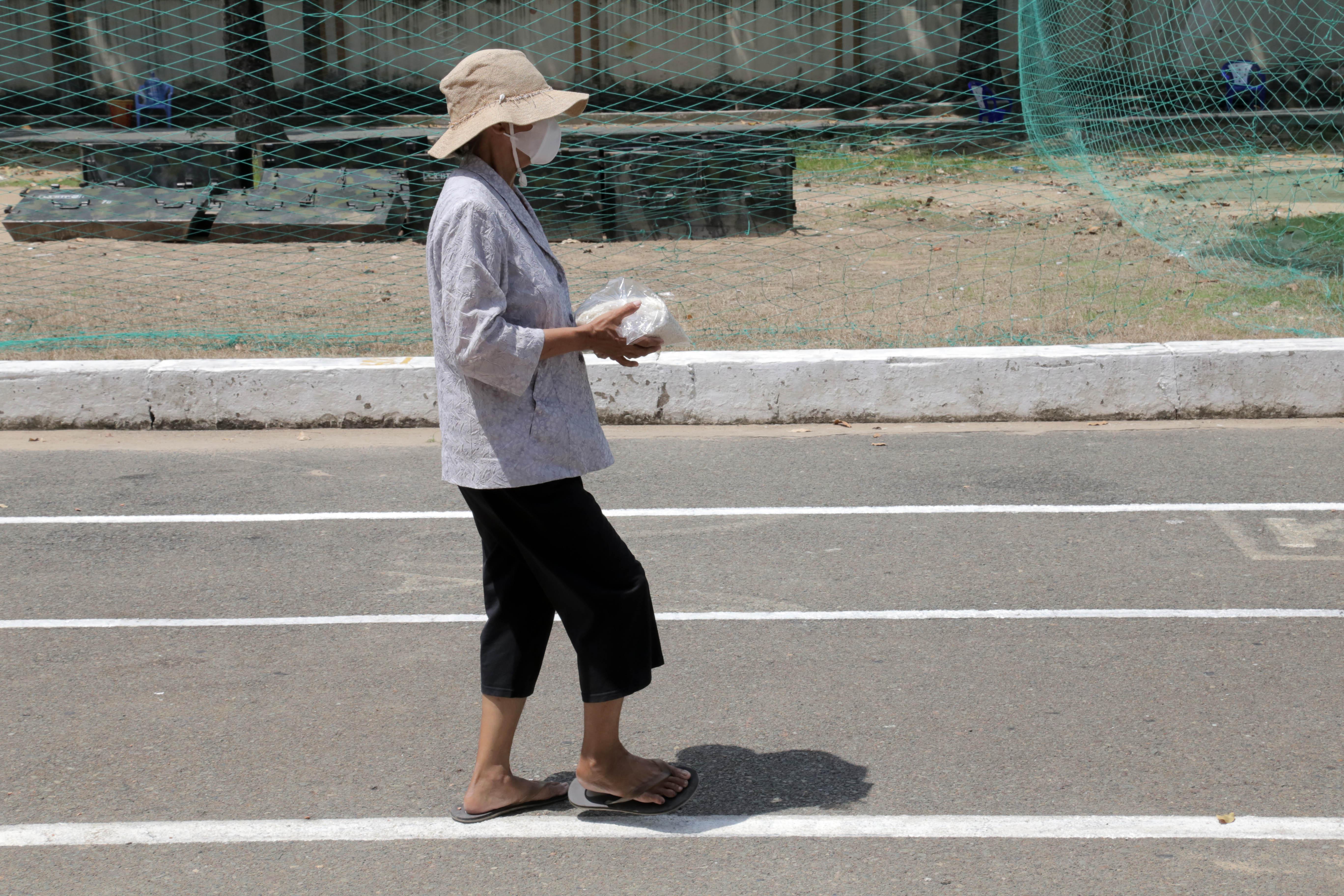 """""""ATM gạo"""" thứ 2 ở Sài Gòn hoạt động trong mùa dịch, bà con khó khăn chỉ cần đến """"máy sẽ tự động nhả gạo"""" - hình ảnh 10"""