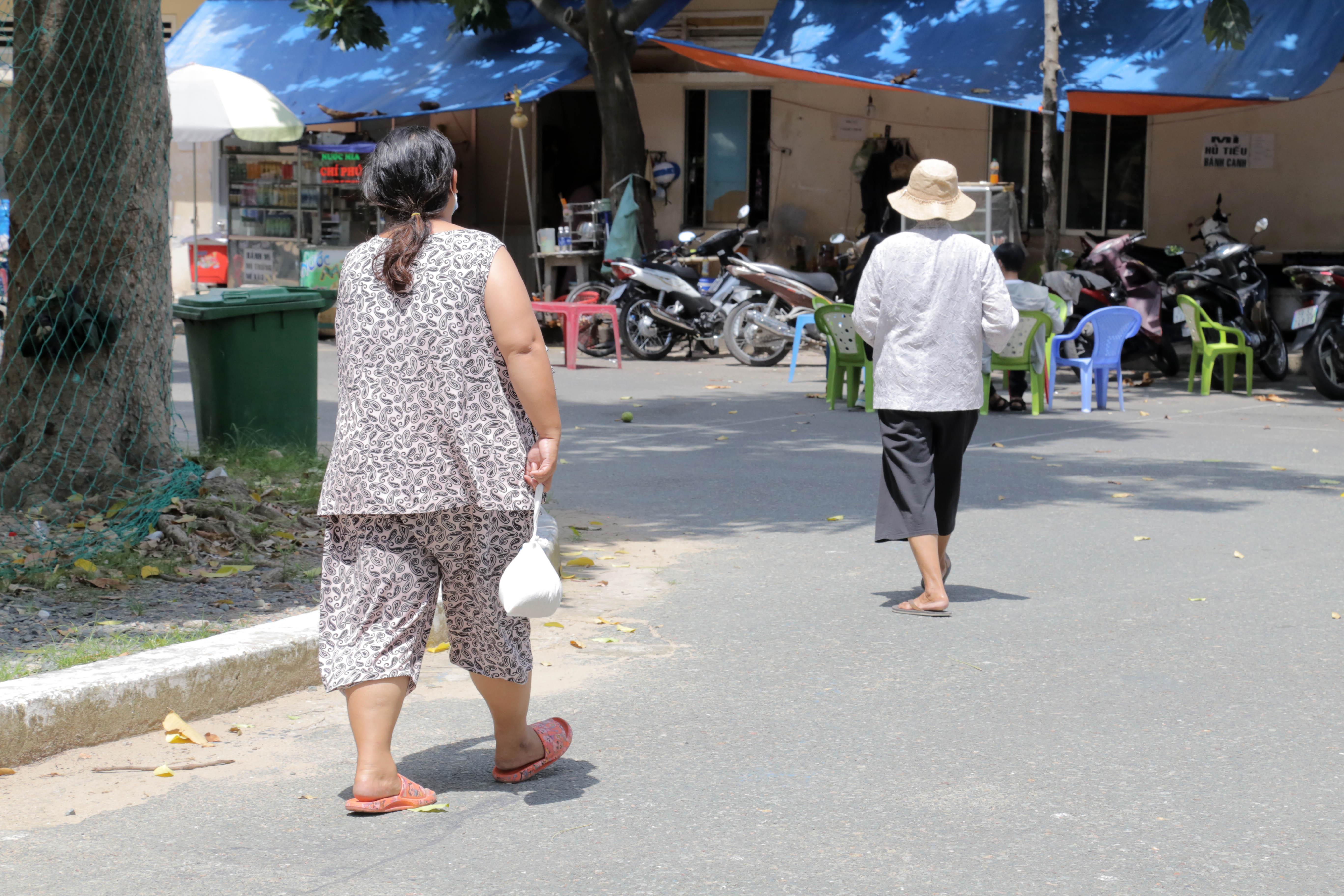 """""""ATM gạo"""" thứ 2 ở Sài Gòn hoạt động trong mùa dịch, bà con khó khăn chỉ cần đến """"máy sẽ tự động nhả gạo"""" - hình ảnh 11"""