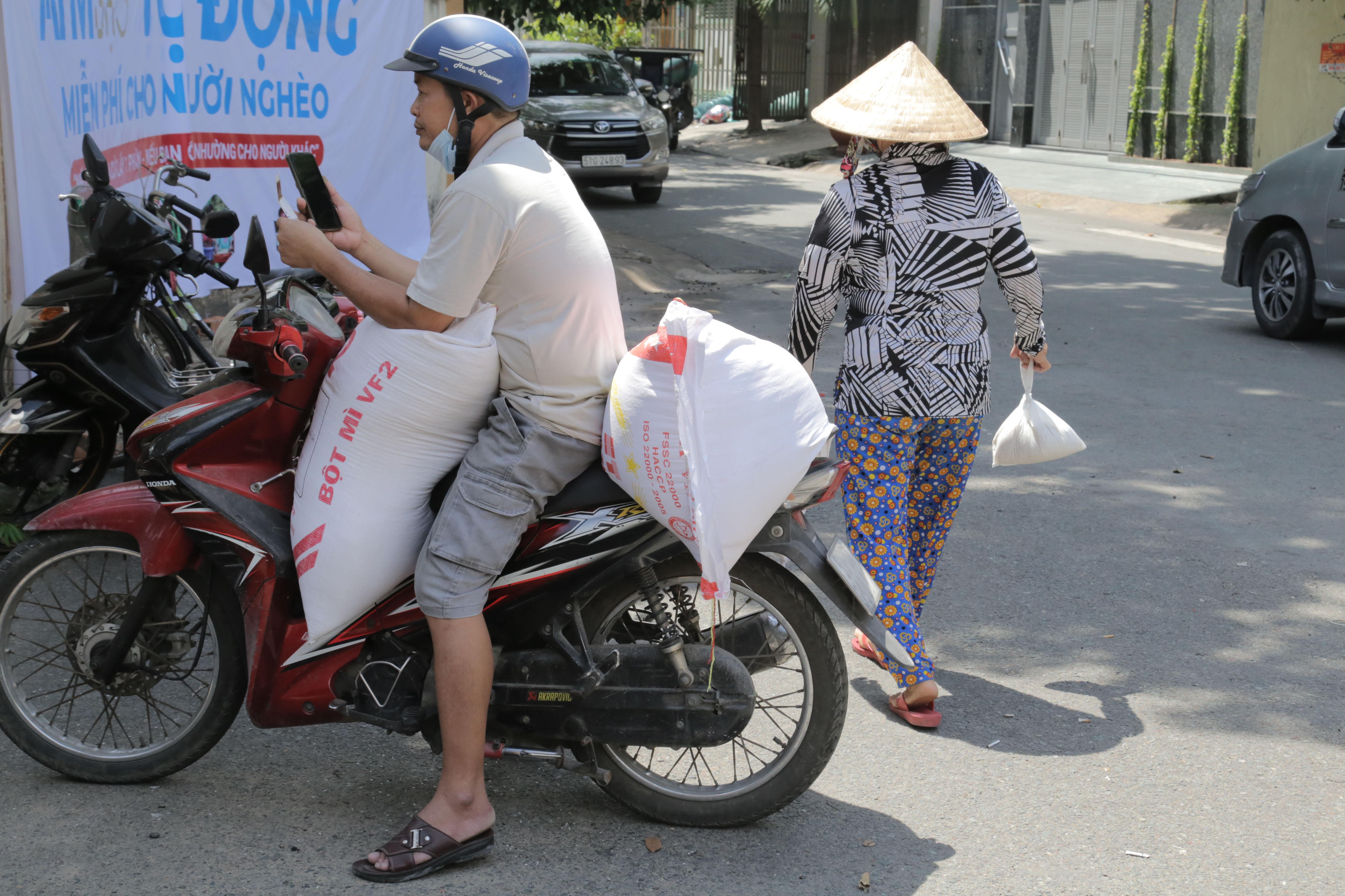 """""""ATM gạo"""" thứ 2 ở Sài Gòn hoạt động trong mùa dịch, bà con khó khăn chỉ cần đến """"máy sẽ tự động nhả gạo"""" - hình ảnh 12"""