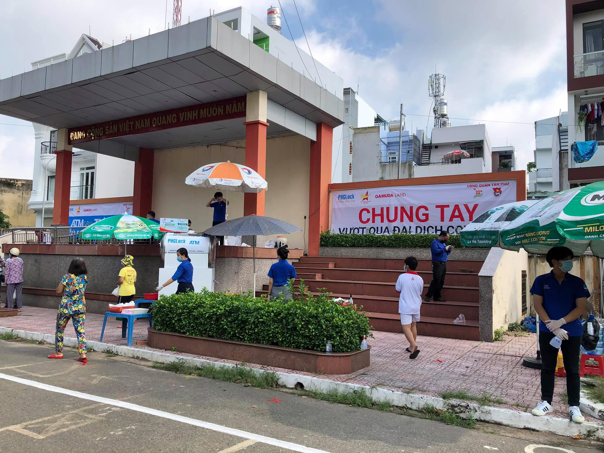 """""""ATM gạo"""" thứ 2 ở Sài Gòn hoạt động trong mùa dịch, bà con khó khăn chỉ cần đến """"máy sẽ tự động nhả gạo"""" - hình ảnh 2"""
