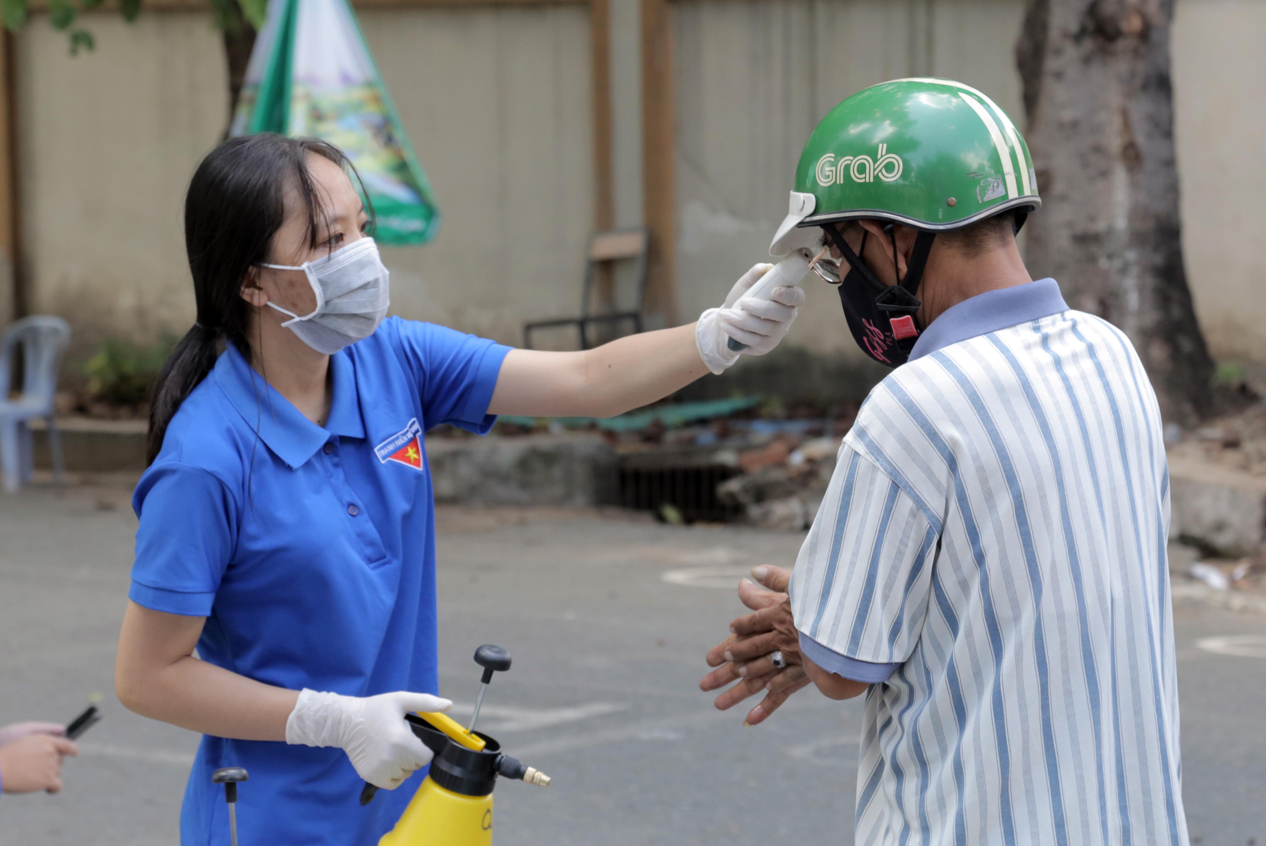 """""""ATM gạo"""" thứ 2 ở Sài Gòn hoạt động trong mùa dịch, bà con khó khăn chỉ cần đến """"máy sẽ tự động nhả gạo"""" - hình ảnh 3"""