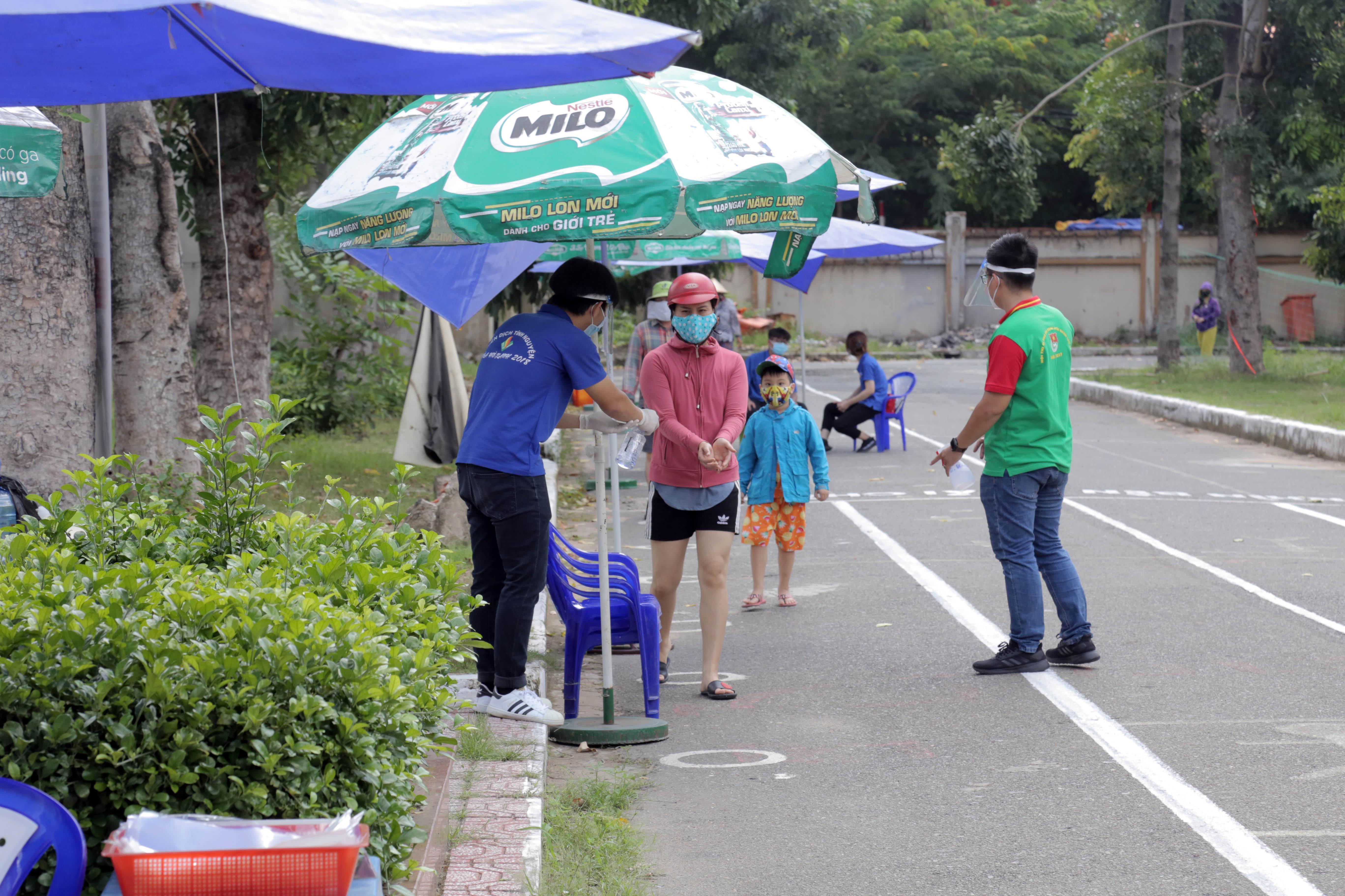 """""""ATM gạo"""" thứ 2 ở Sài Gòn hoạt động trong mùa dịch, bà con khó khăn chỉ cần đến """"máy sẽ tự động nhả gạo"""" - hình ảnh 4"""