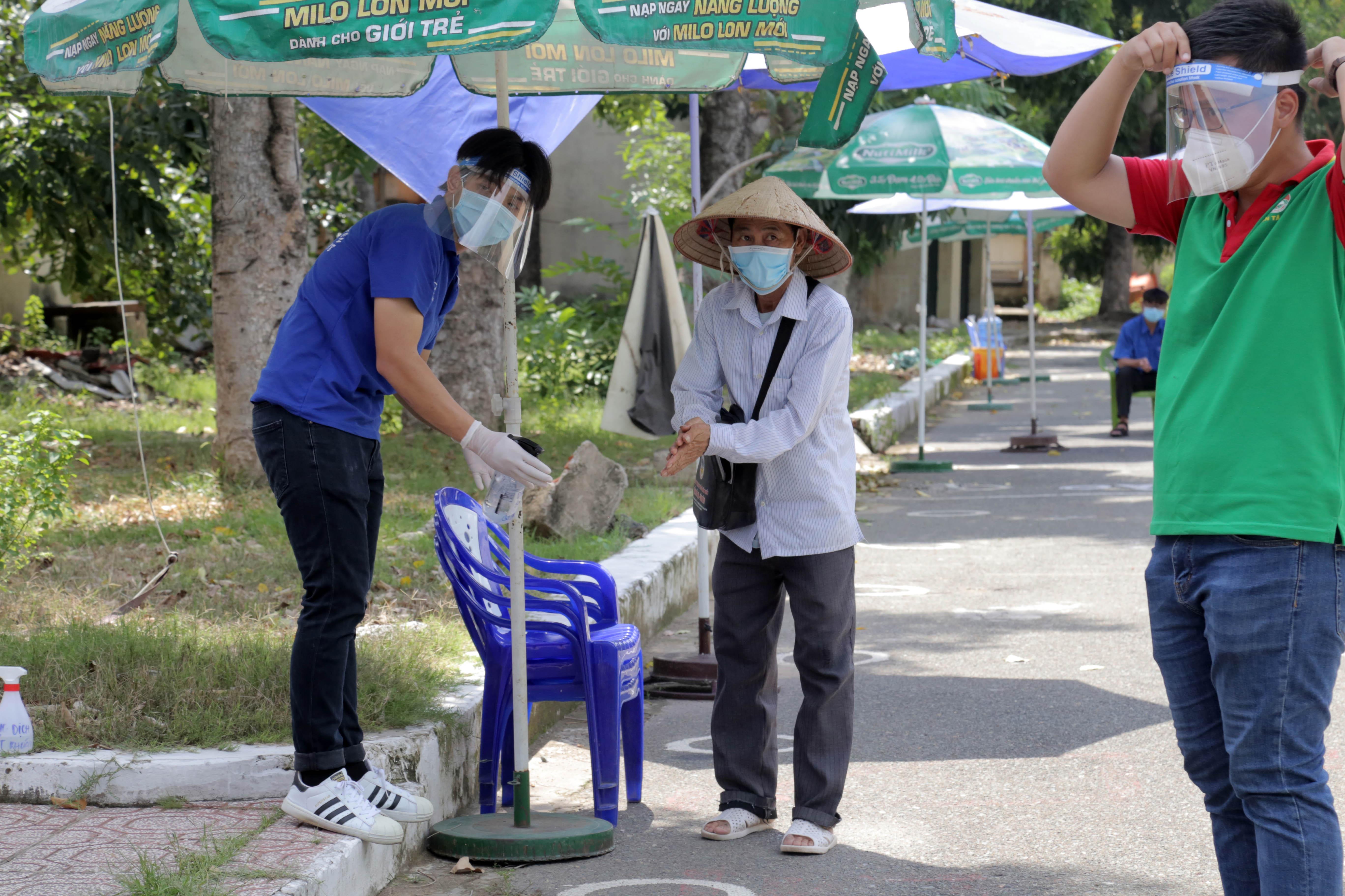 """""""ATM gạo"""" thứ 2 ở Sài Gòn hoạt động trong mùa dịch, bà con khó khăn chỉ cần đến """"máy sẽ tự động nhả gạo"""" - hình ảnh 5"""