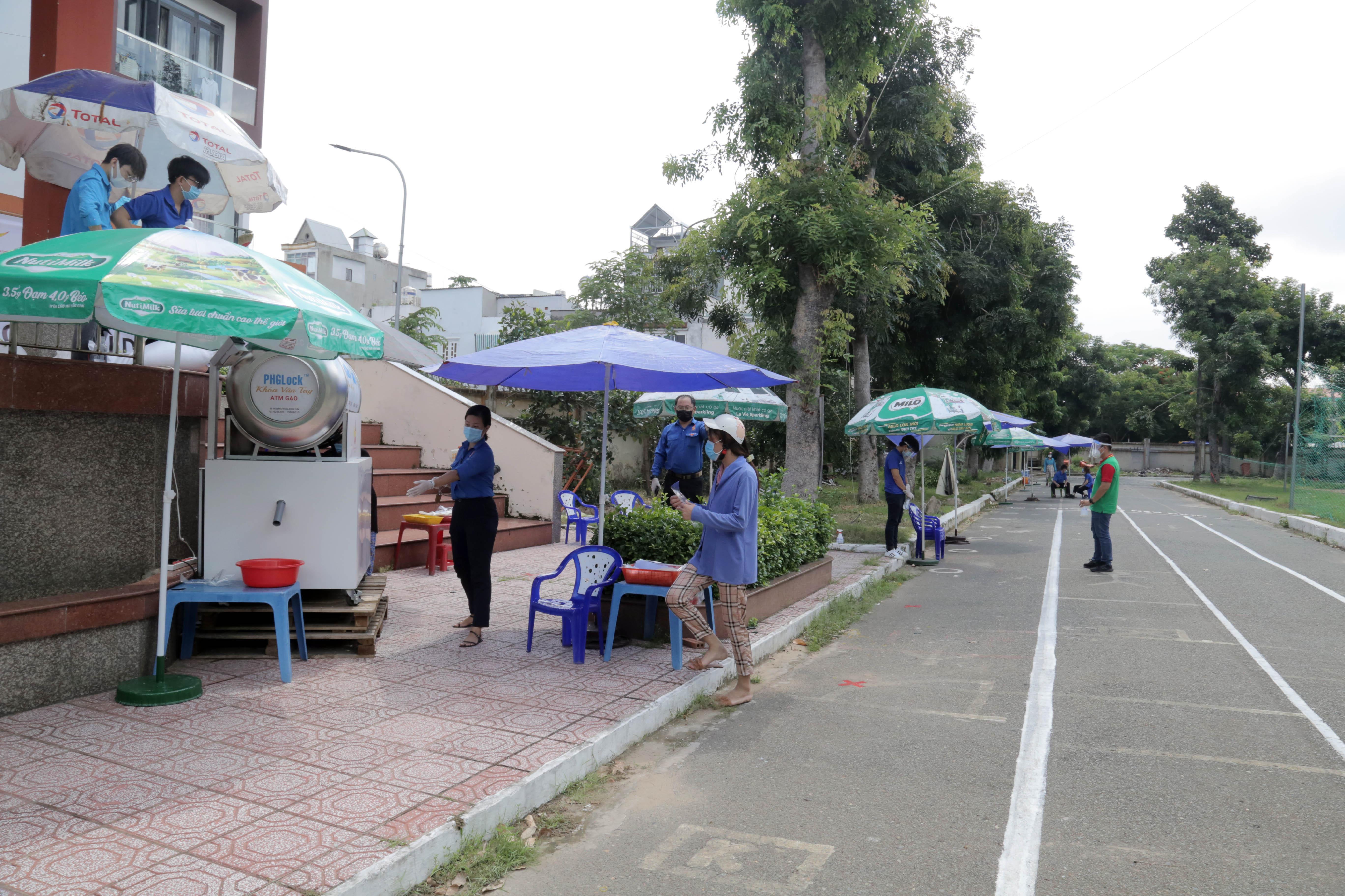 """""""ATM gạo"""" thứ 2 ở Sài Gòn hoạt động trong mùa dịch, bà con khó khăn chỉ cần đến """"máy sẽ tự động nhả gạo"""" - hình ảnh 6"""