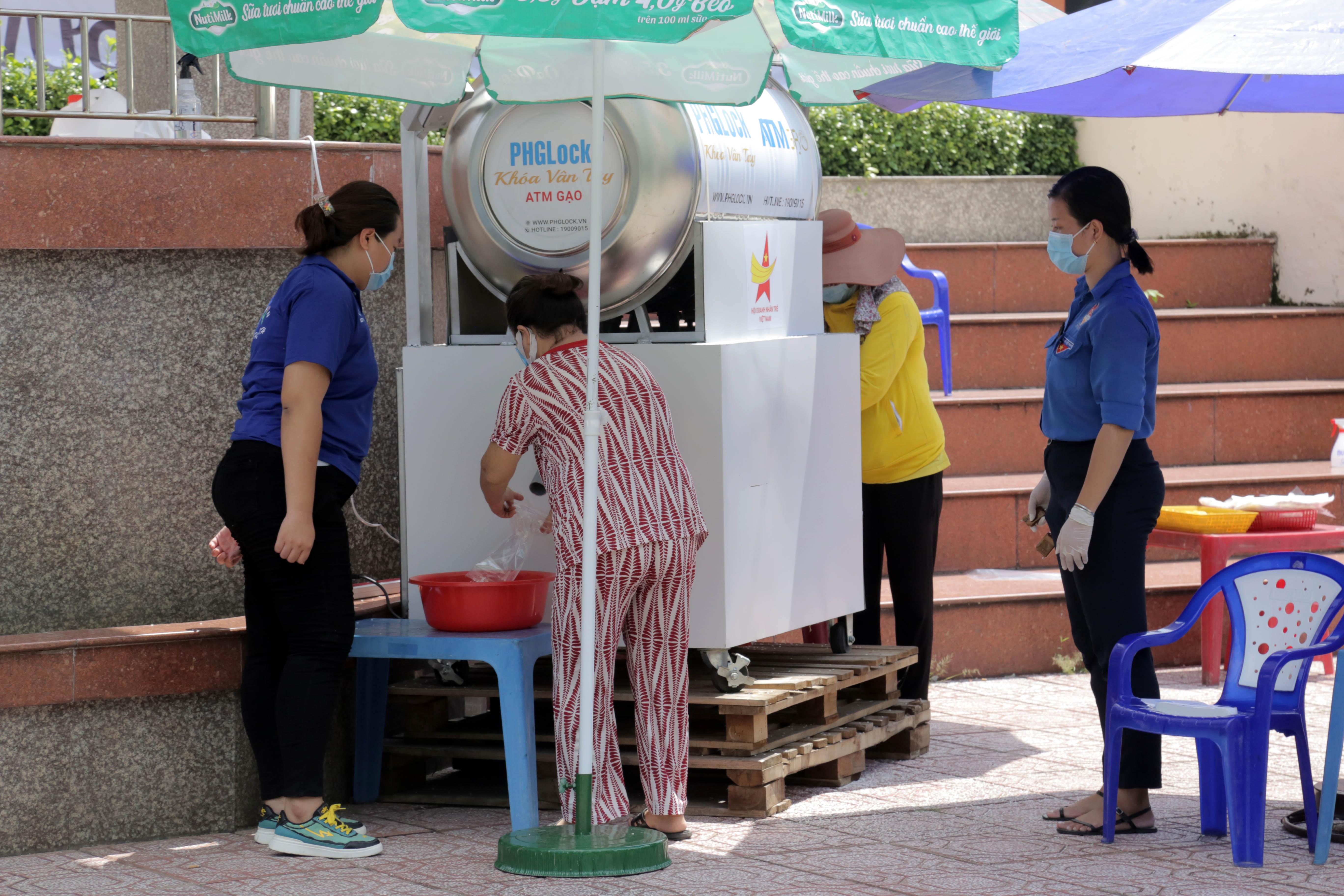 """""""ATM gạo"""" thứ 2 ở Sài Gòn hoạt động trong mùa dịch, bà con khó khăn chỉ cần đến """"máy sẽ tự động nhả gạo"""" - hình ảnh 7"""