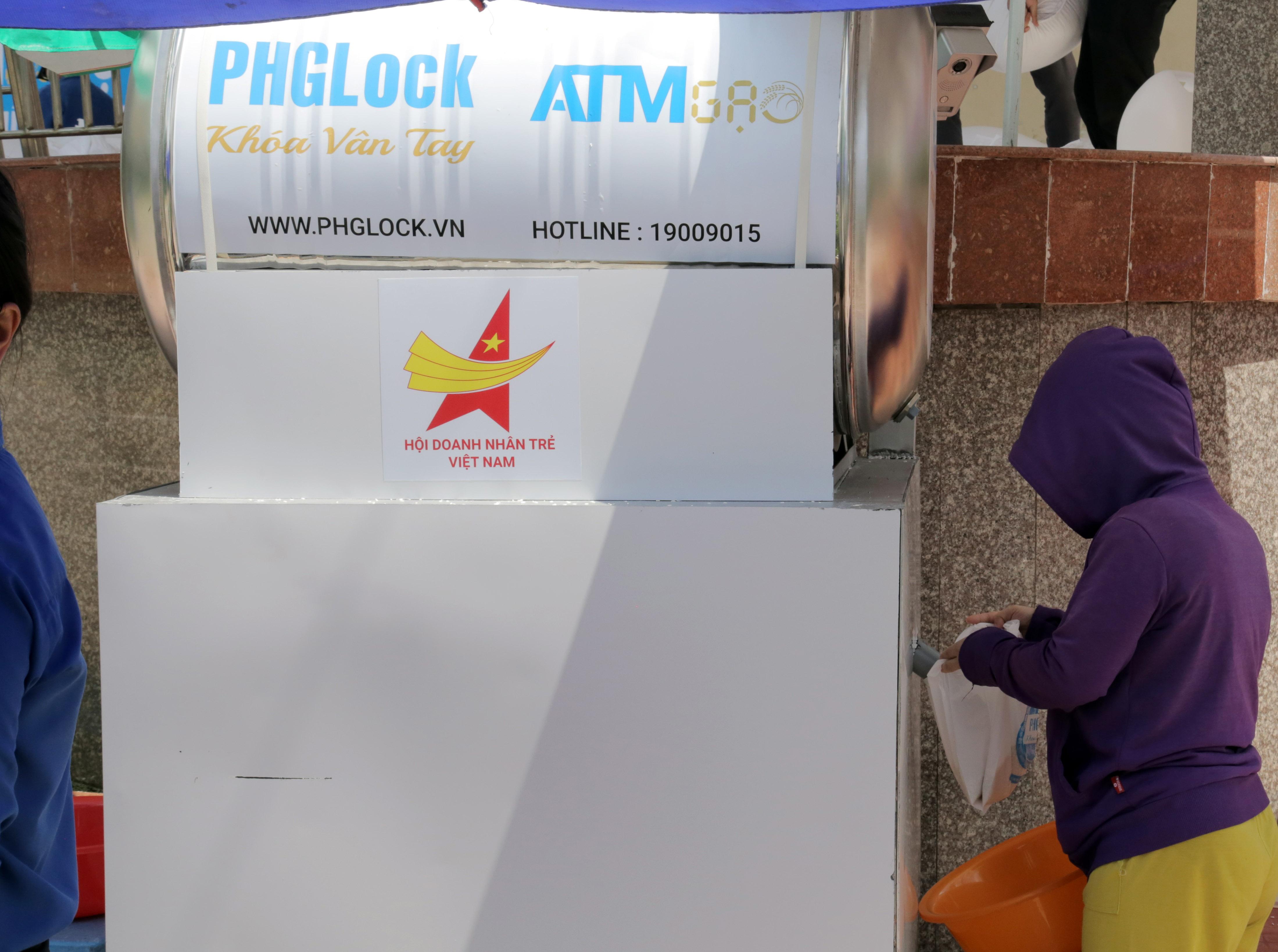 """""""ATM gạo"""" thứ 2 ở Sài Gòn hoạt động trong mùa dịch, bà con khó khăn chỉ cần đến """"máy sẽ tự động nhả gạo"""" - hình ảnh 8"""