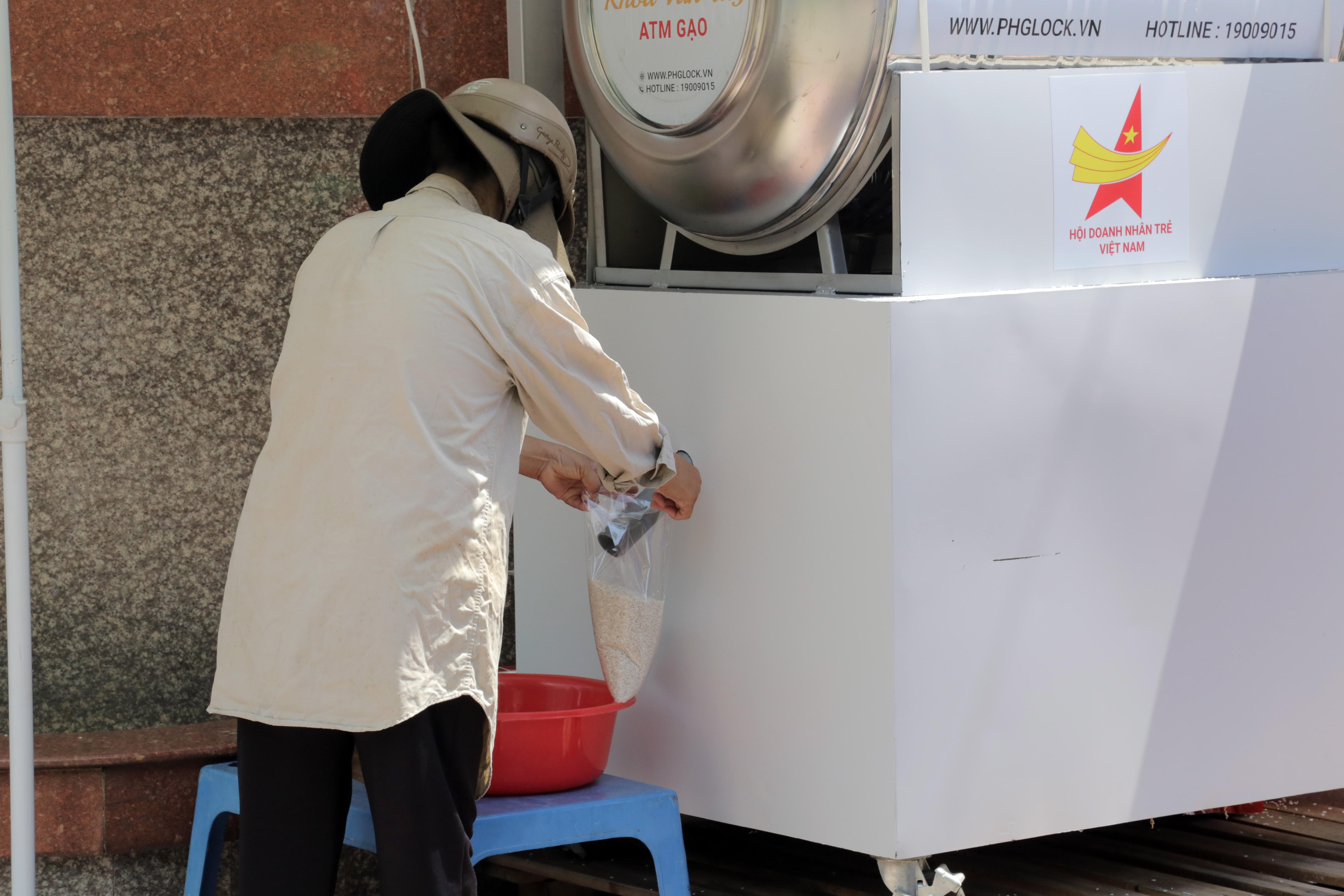 """""""ATM gạo"""" thứ 2 ở Sài Gòn hoạt động trong mùa dịch, bà con khó khăn chỉ cần đến """"máy sẽ tự động nhả gạo"""" - hình ảnh 9"""