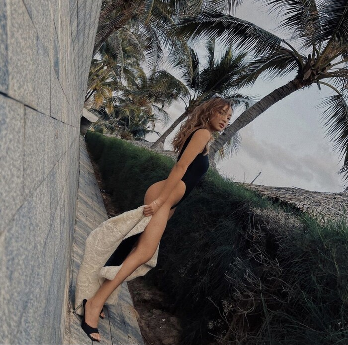 """Elly Trần, Diệp Lâm Anh mặc bikini đi sneaker: Mốt """"râu ông nọ cắm cằm bà kia"""" - hình ảnh 8"""