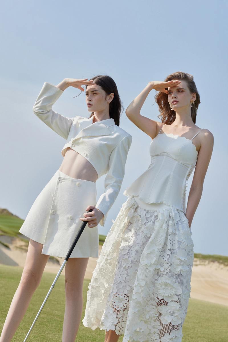 Trang phục của NTK Việt bất ngờ xuất hiện trên Vogue Anh - hình ảnh 4