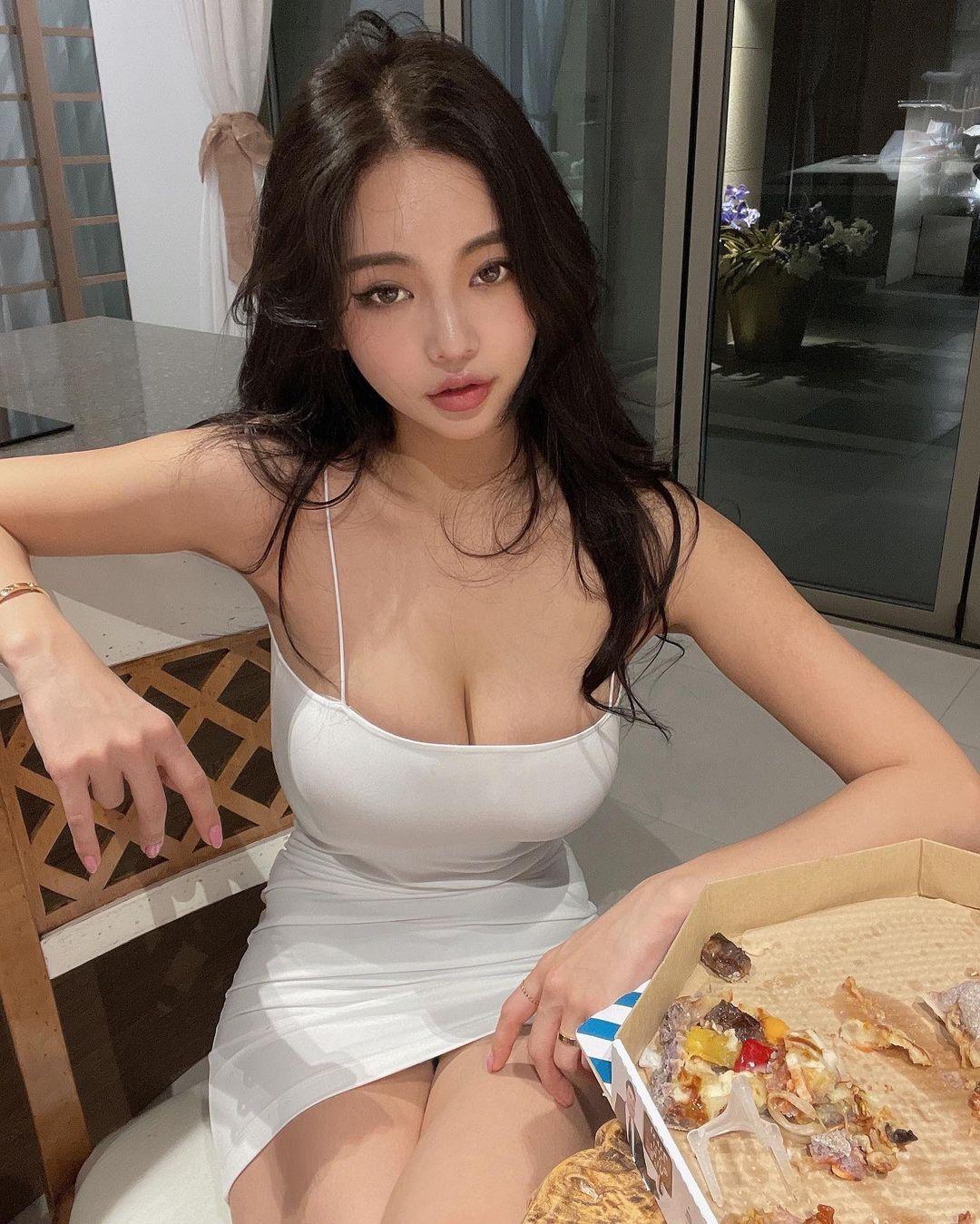 """""""Thần Vệ Nữ đường phố Hàn Quốc"""" gây chú ý vì mặc """"không phòng hộ"""" đứng bắt xe - hình ảnh 4"""