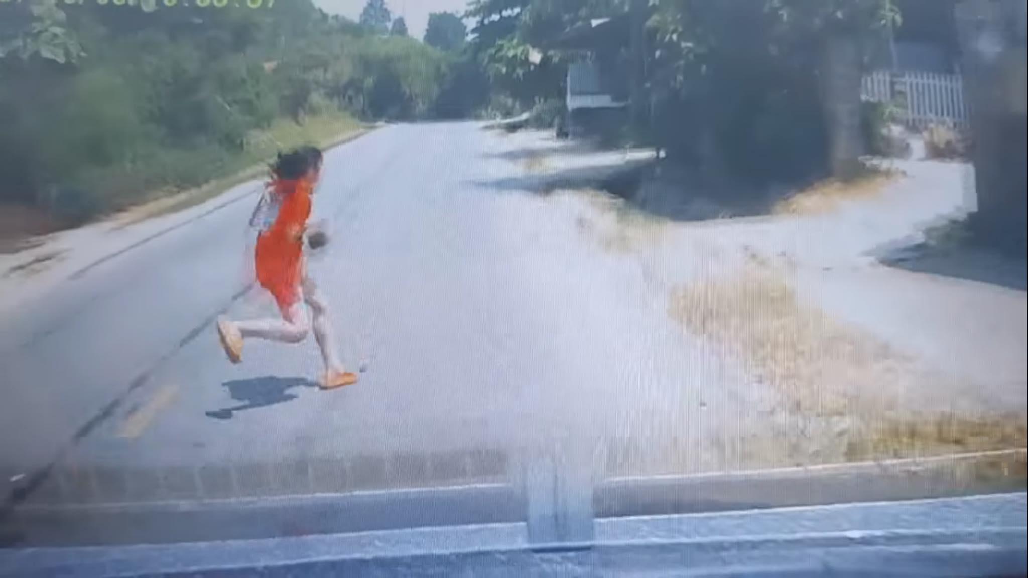 """Clip: Lao vút qua đường, bé gái thoát khỏi """"tử thần"""" nhờ tài xế đánh lái """"như chớp"""" - hình ảnh 1"""