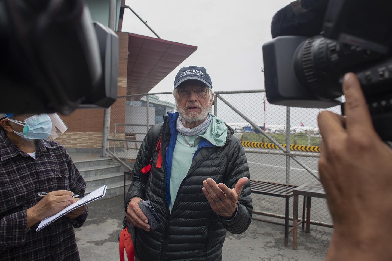 Cụ ông 75 tuổi chinh phục thành công đỉnh núi cao nhất thế giới - hình ảnh 2