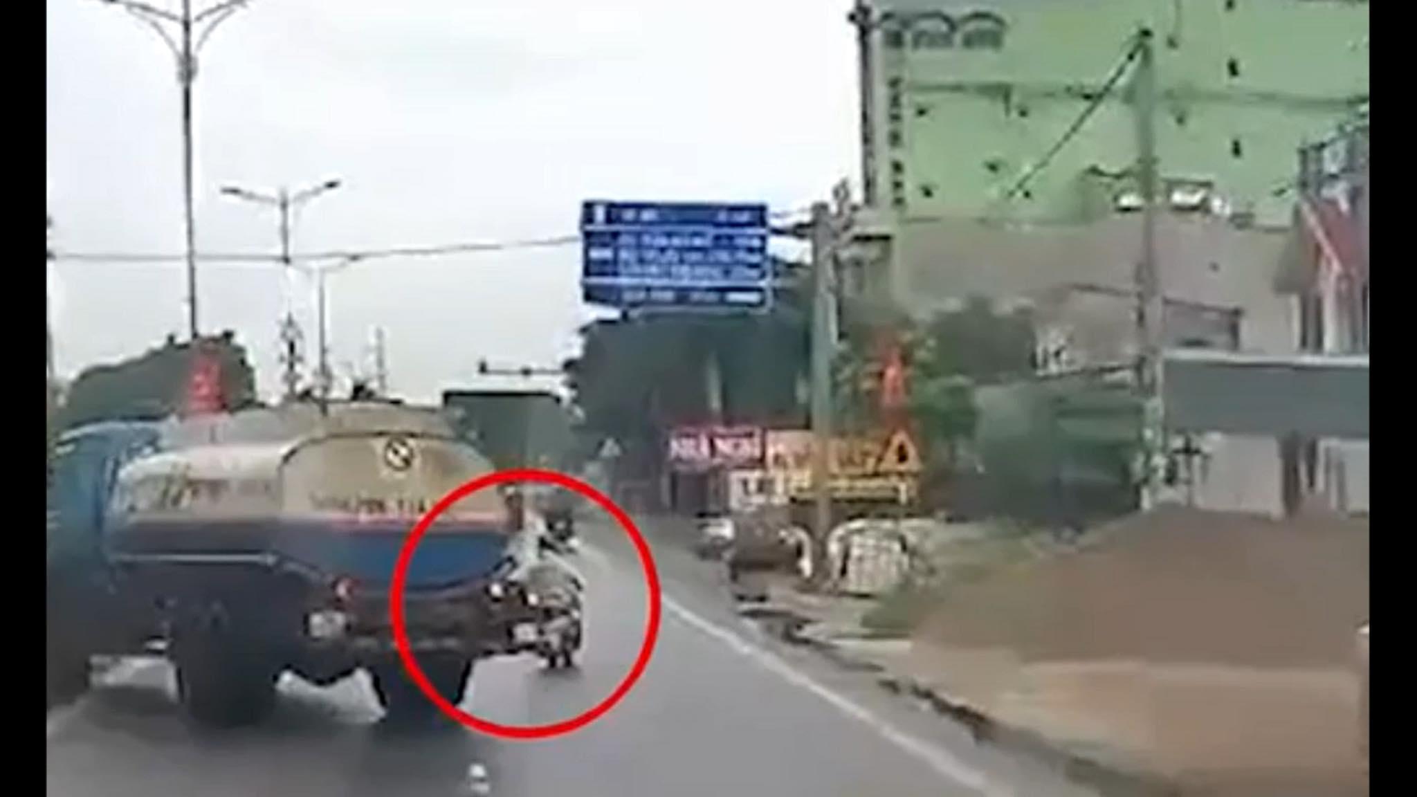 Clip: Bị tạt đầu, lái xe bồn chở xăng drift vào dải phân cách tránh gây họa sát nhân - hình ảnh 1