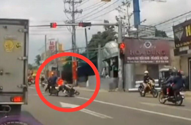 Clip: Phóng xe vun vút để vượt đèn đỏ, lái xe máy gặp ngay họa lớn - hình ảnh 1