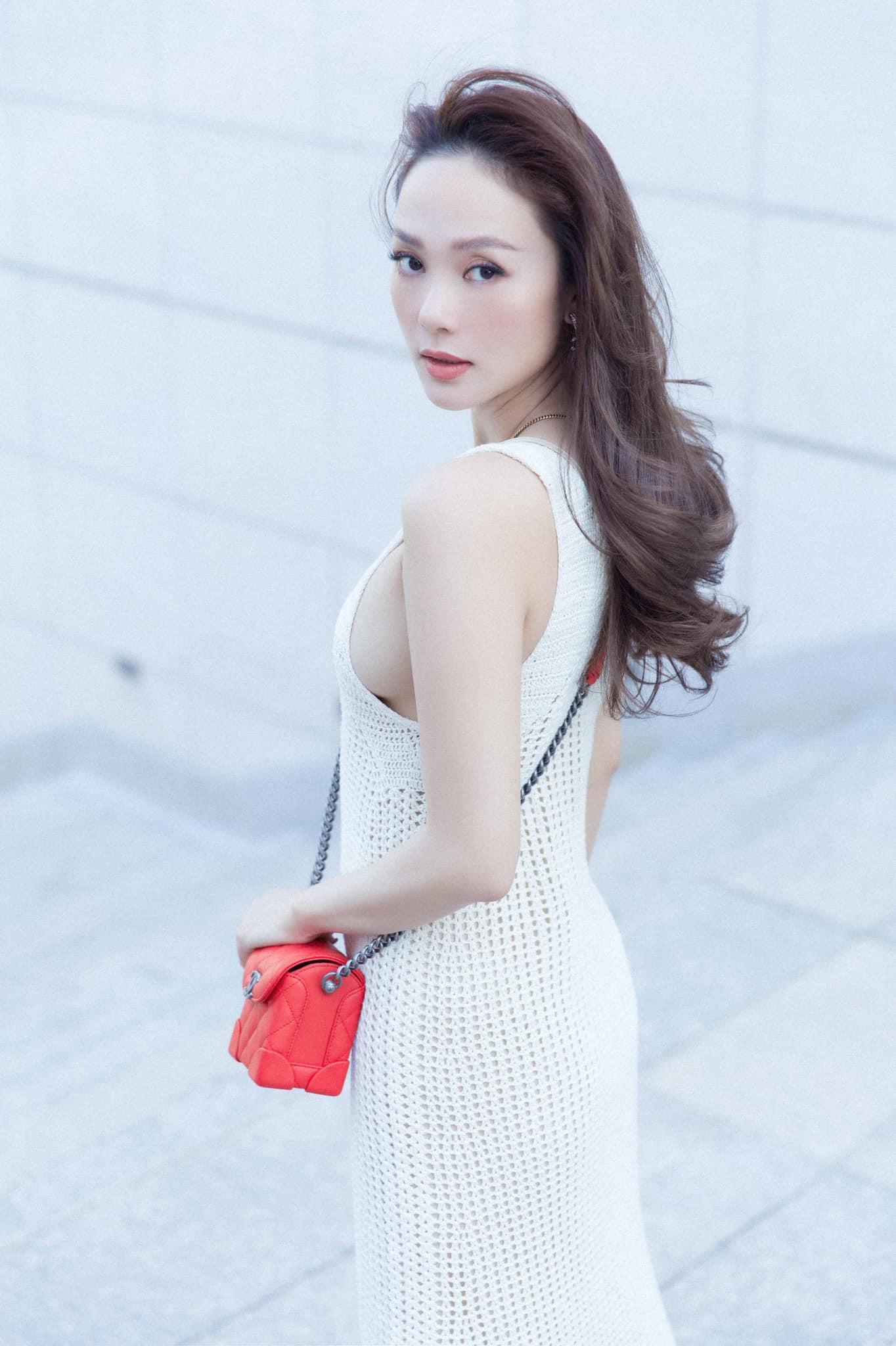 Minh Hằng phối áo len với quần chip giữa mùa nóng bức, trẻ xinh nõn nà như thiếu nữ - hình ảnh 4