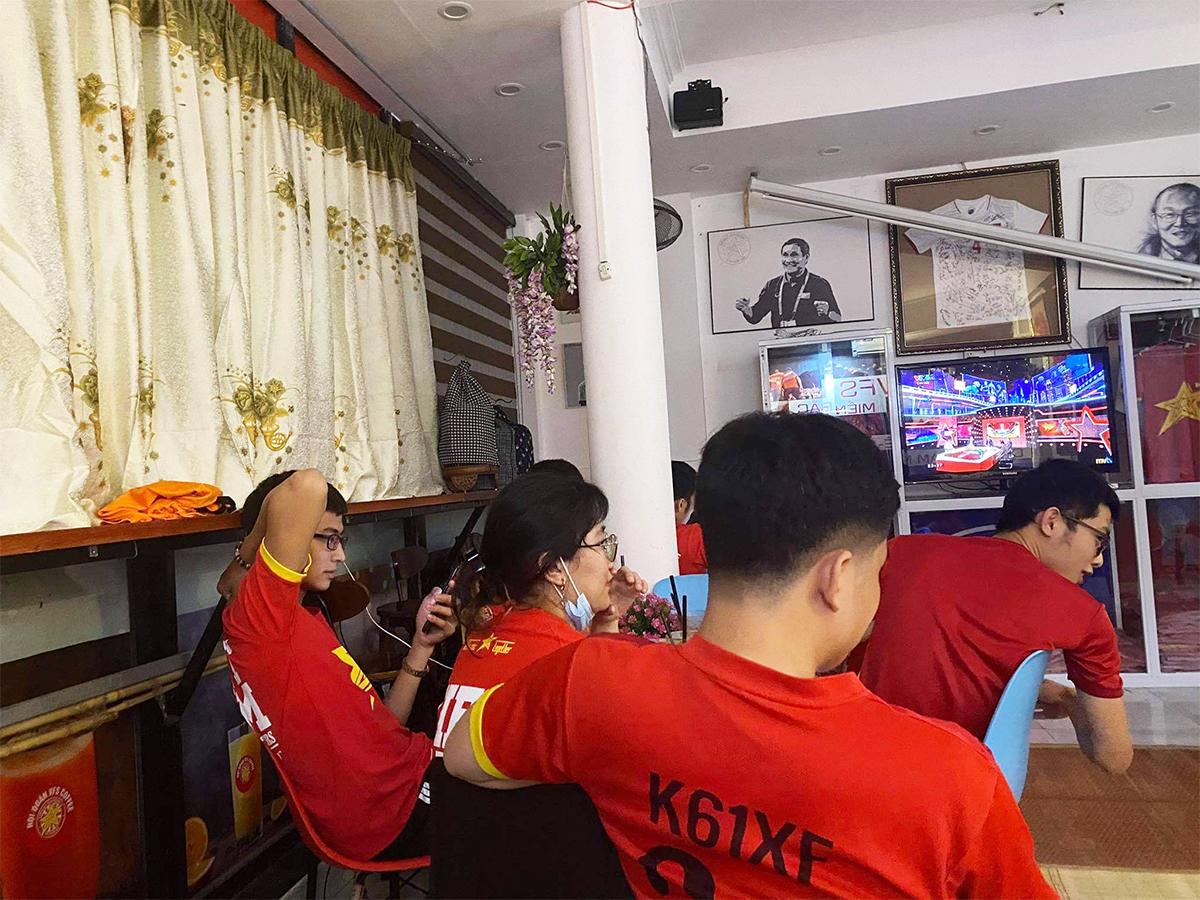 Việt Nam thắng Indonesia 4-0 giữa mùa dịch: Người đeo khẩu trang, người đóng cửa cổ vũ - hình ảnh 2