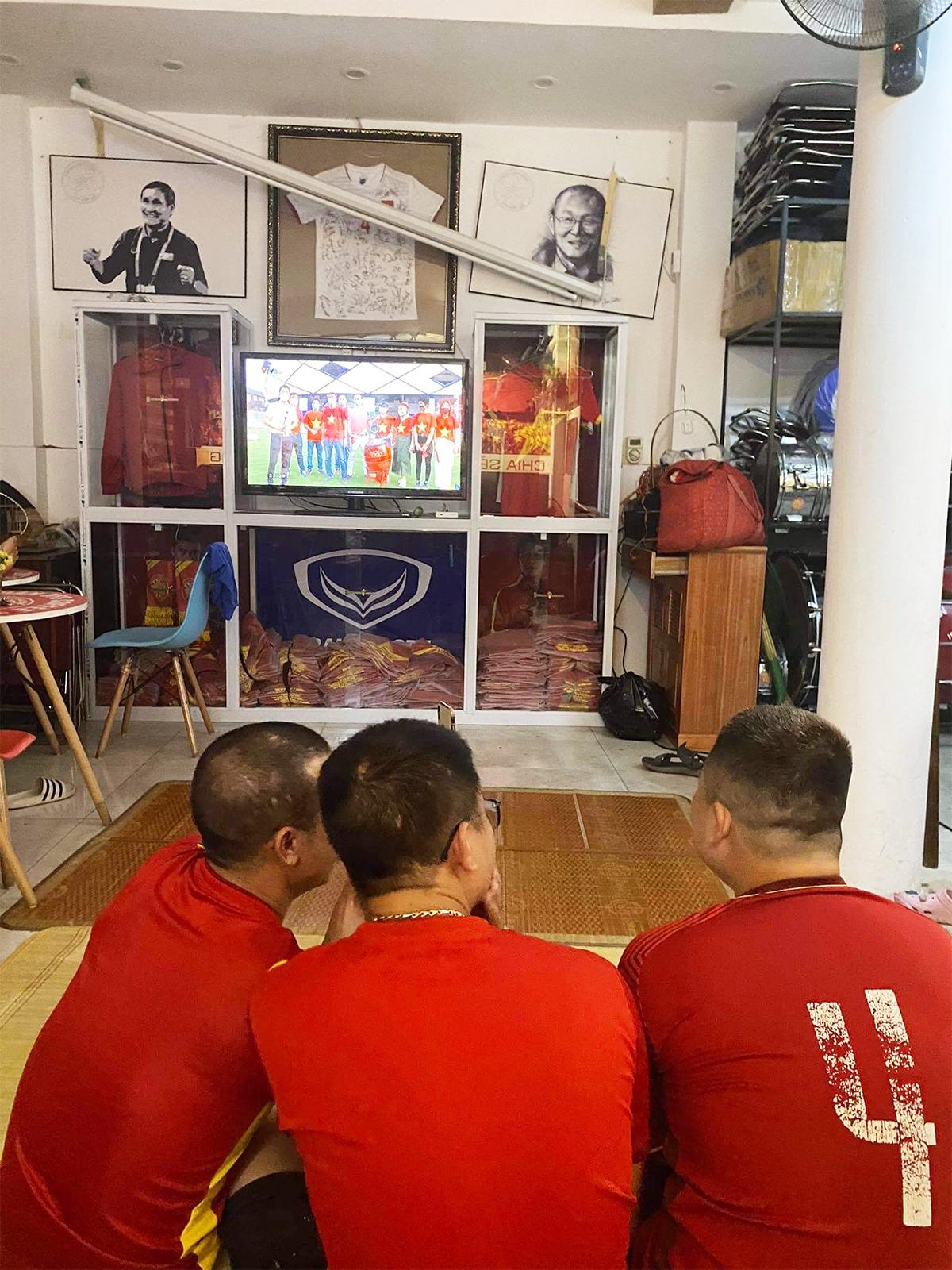 Việt Nam thắng Indonesia 4-0 giữa mùa dịch: Người đeo khẩu trang, người đóng cửa cổ vũ - hình ảnh 3