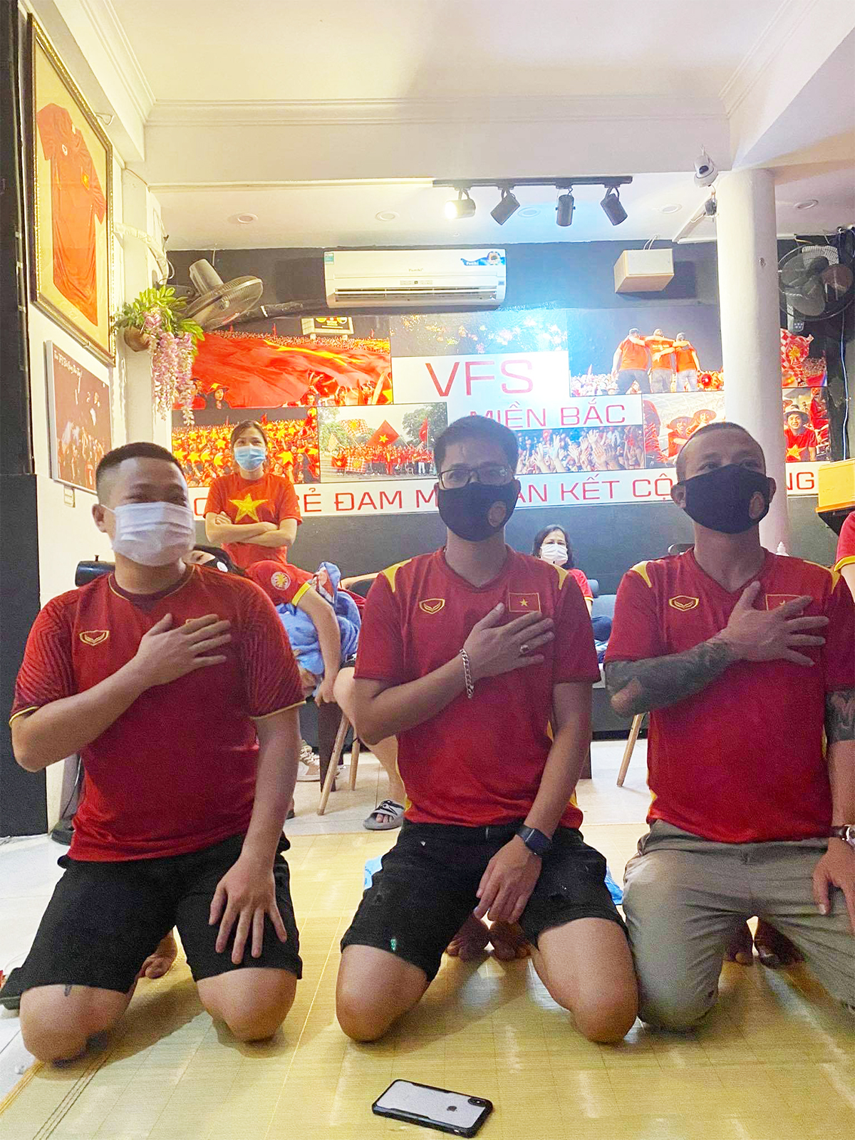 Việt Nam thắng Indonesia 4-0 giữa mùa dịch: Người đeo khẩu trang, người đóng cửa cổ vũ - hình ảnh 7
