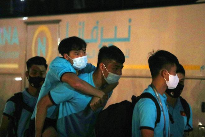 Xót xa tuyển thủ Việt Nam cõng nhau rời sân sau trận thắng Indonesia - 7