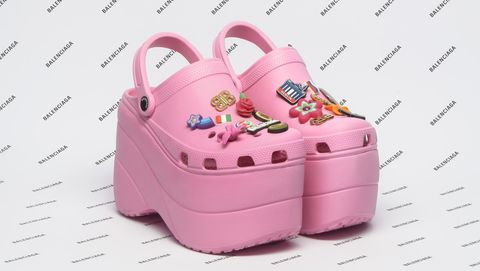 """Balenciaga kết hợp Crocs tạo ra """"đôi giày cao gót xấu xí"""" - hình ảnh 1"""