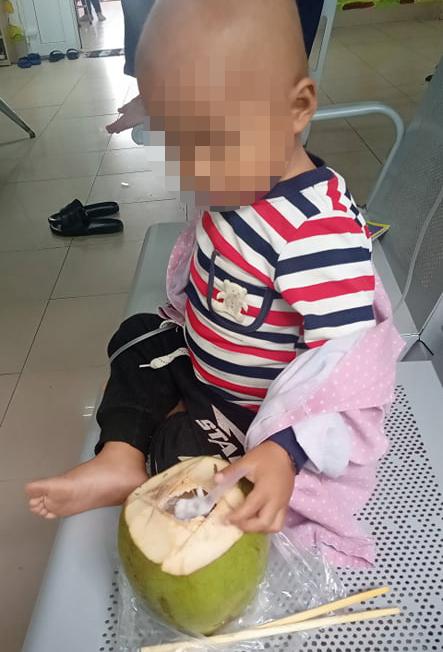 Clip bé trai 3 tuổi bị ung thư trong bộ đồ bảo hộ lon ton bước theo bố gây xúc động - hình ảnh 3