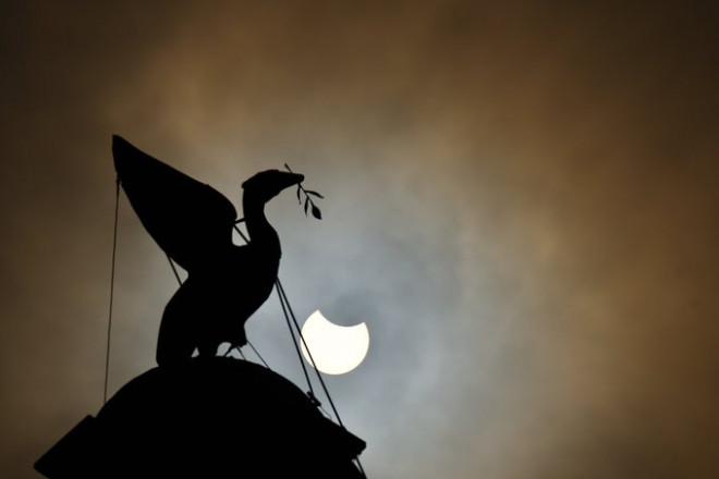 """Chiêm ngưỡng nhật thực """"vòng lửa Bắc Cực"""" xuất hiện khắp thế giới - 4"""