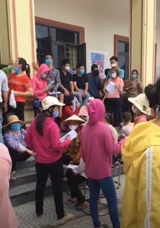 """Người dân """"túm tụm"""" chờ tiêm phòng vắc-xin giữa tâm dịch COVID-19 Bắc Giang - hình ảnh 2"""