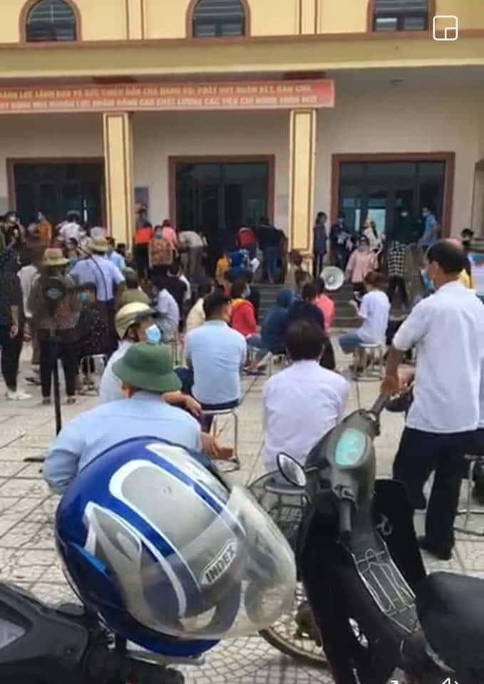 """Người dân """"túm tụm"""" chờ tiêm phòng vắc-xin giữa tâm dịch COVID-19 Bắc Giang - hình ảnh 3"""