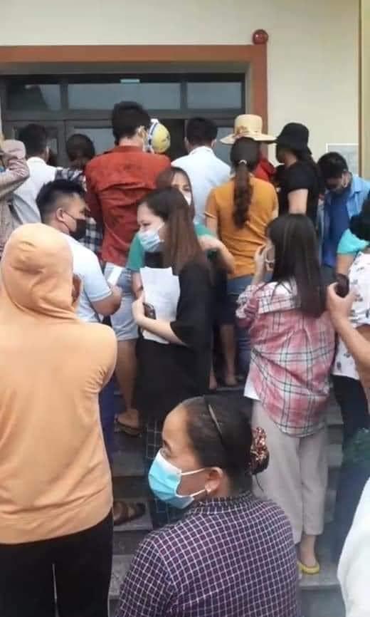 """Người dân """"túm tụm"""" chờ tiêm phòng vắc-xin giữa tâm dịch COVID-19 Bắc Giang - hình ảnh 5"""