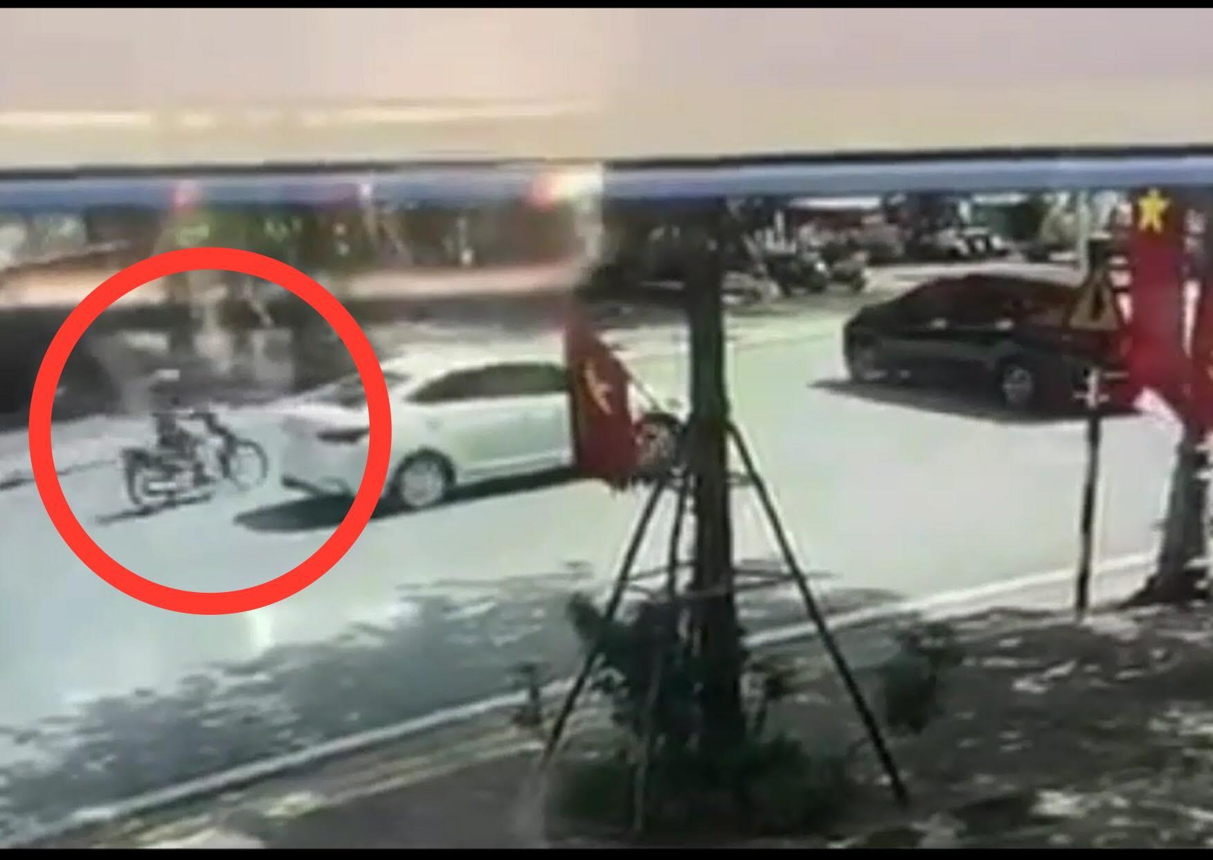"""Clip: Phóng nhanh như """"tên bắn"""", lái xe máy gặp nạn kinh hoàng - hình ảnh 1"""