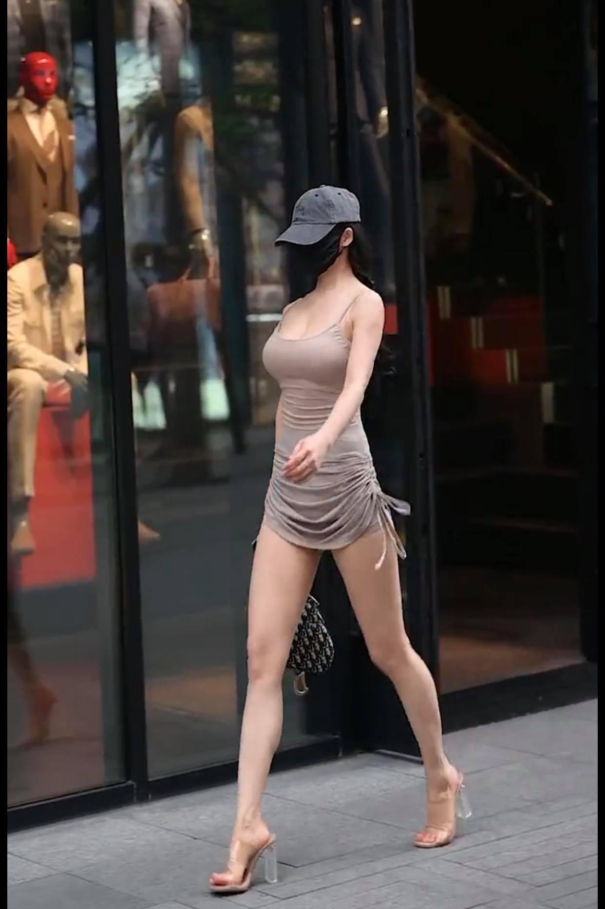 Váy rút dây cao ngang hông, người đẹp đường phố thu hút mọi ánh mắt - 4