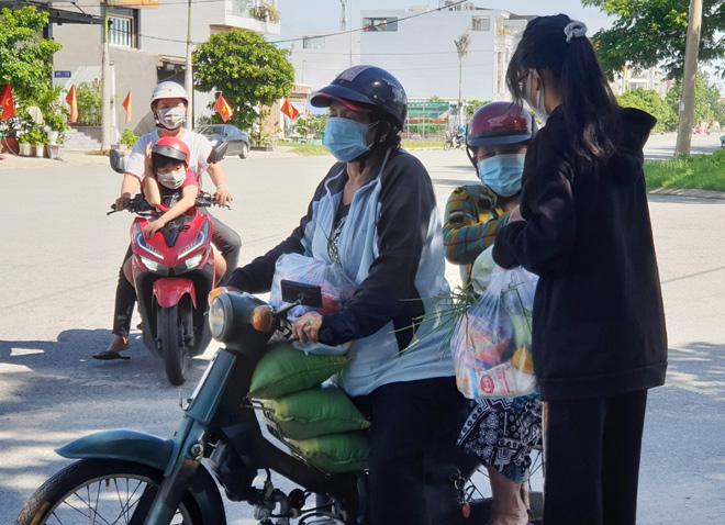 """""""Gian hàng 0 đồng"""" và hình ảnh ấm lòng ở Sài Gòn giữa dịch COVID-19 - hình ảnh 12"""