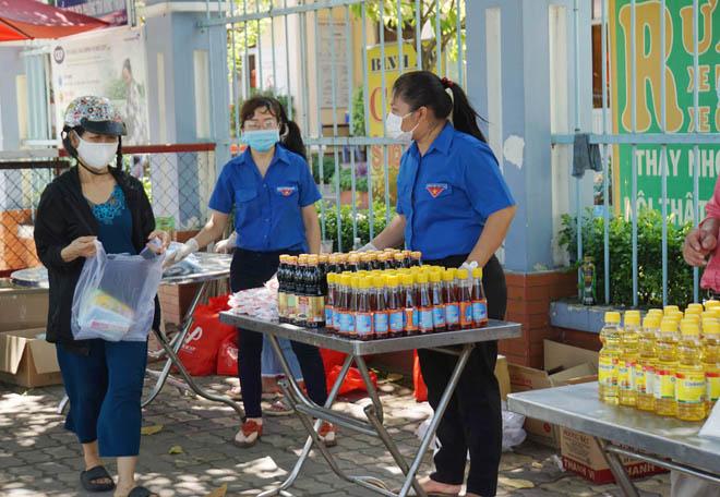 """""""Gian hàng 0 đồng"""" và hình ảnh ấm lòng ở Sài Gòn giữa dịch COVID-19 - hình ảnh 3"""