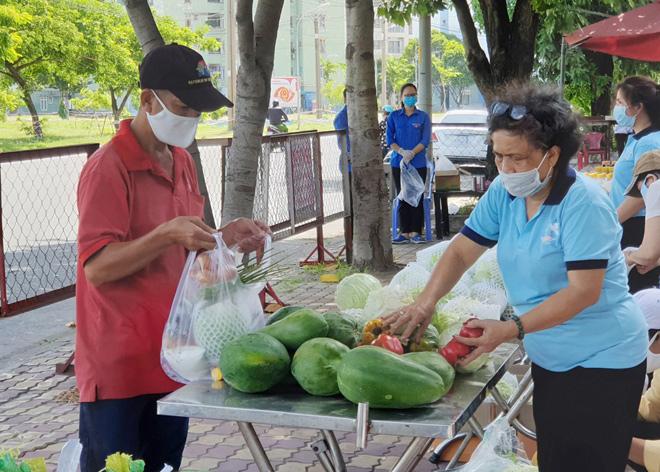 """""""Gian hàng 0 đồng"""" và hình ảnh ấm lòng ở Sài Gòn giữa dịch COVID-19 - hình ảnh 4"""