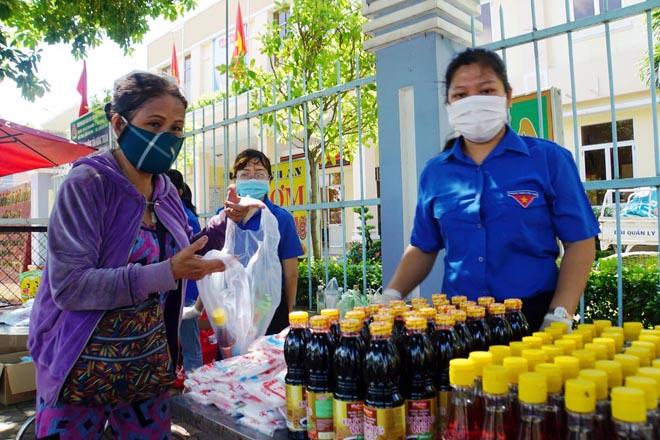"""""""Gian hàng 0 đồng"""" và hình ảnh ấm lòng ở Sài Gòn giữa dịch COVID-19 - hình ảnh 5"""