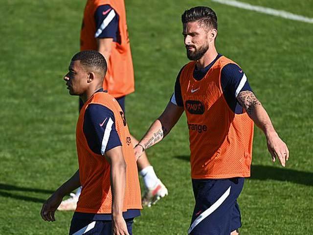 Mbappe không chấp nhận lời xin lỗi của Giroud, Pogba lên tiếng xoa dịu - 1