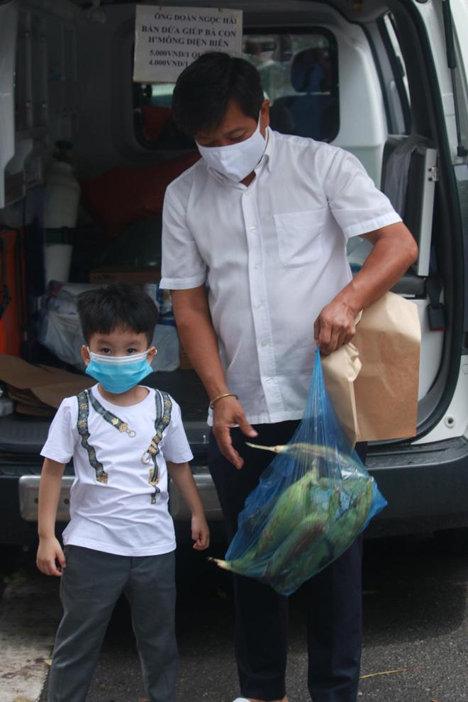 """Ông Đoàn Ngọc Hải bán hết xe hoa quả sau 15 phút, """"lãi"""" hơn 4 triệu đồng - hình ảnh 4"""