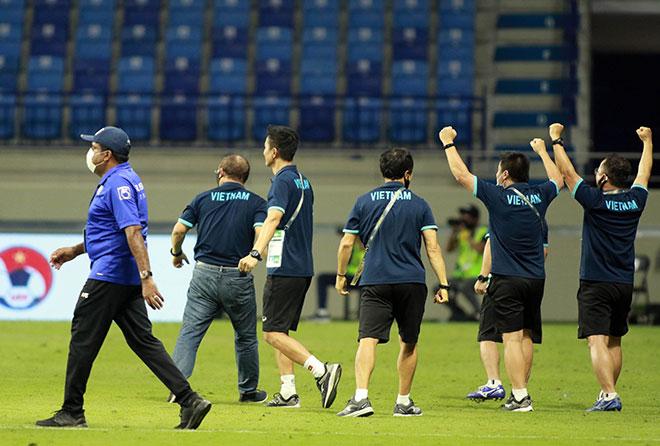 Thầy Park vỡ oà ăn mừng chiến thắng của ĐT Việt Nam, an ủi HLV Malaysia - 1