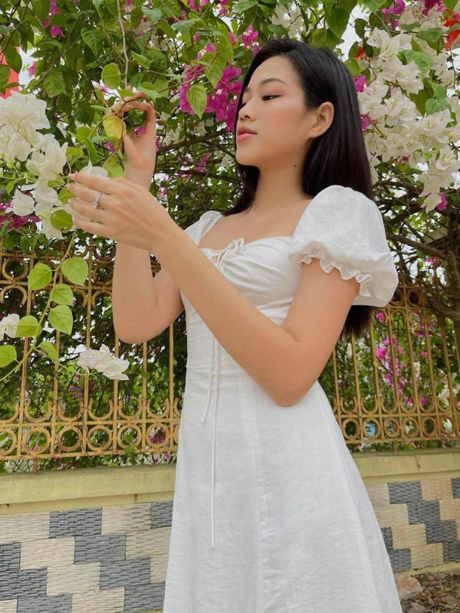 Hoa hậu Đỗ Thị Hà xinh đẹp trong bộ ảnh chụp tại vườn nhà, netizen xuýt xoa dịu dàng quá!