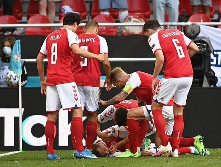 Bi kịch EURO: Eriksen (Đan Mạch) đổ gục trên sân, nguy hiểm đến tính mạng - 1